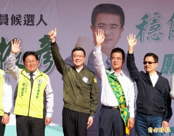 民進黨主席卓榮泰(左2)等人為立委候選人黃振彥(左3)站台。(記者湯世名攝)
