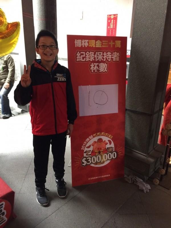 擲出10個聖杯的李小弟,將與7旬的謝阿嬤PK,爭30萬元大獎。(全聯善美的文化藝術基金會提供)