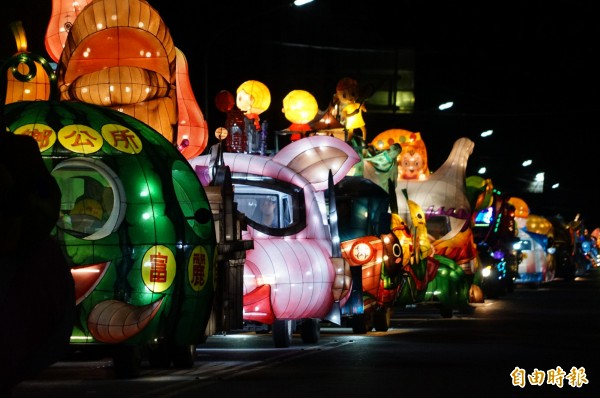 台灣燈會登場在即,今天屏東縣政府舉辦最後一場花燈車遊行。(記者陳彥廷攝)