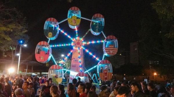 愛河金銀河燈會的「愛情摩天輪」。(圖擷取自臉書粉專《高雄點》)