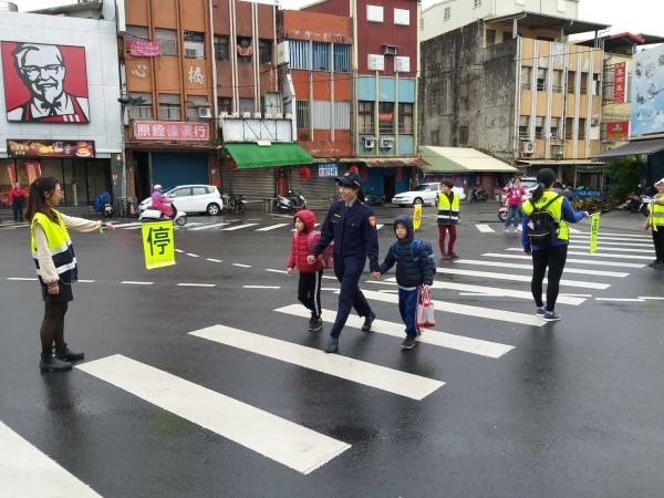 今天為開學日,今上午宜蘭縣警察局派員到各級學校執行導護工作。(記者張議晨翻攝)