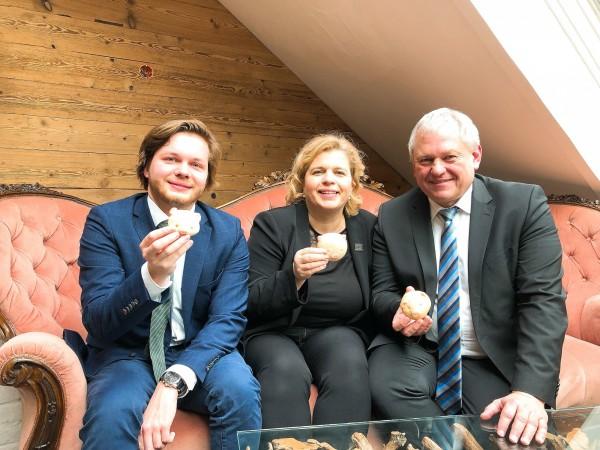 德國國會議員Thomas Hacker(右)、自由民主黨Mühldorf地方黨團主席Sandra Maria Bubendorfer女士(中)及國會議員辦公室副主任Karl Licht(左)開心拿著台式小豬饅頭合影留念(我駐德國慕尼黑辦事處提供)