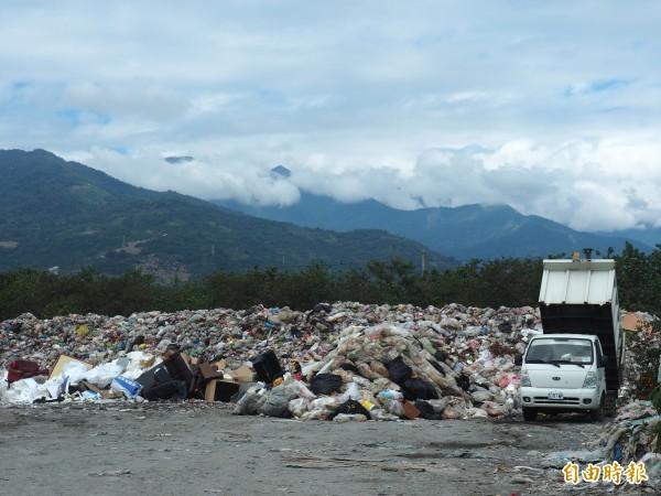 台東市建農掩埋場幾近飽和,垃圾車持續清運市區垃圾。(記者王秀亭攝)