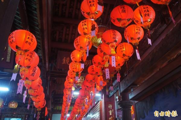 城隍廟內張燈結綵,充滿喜慶新春氣氛。(記者劉禹慶攝)