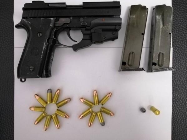 岡山警方從羅嫌隨身包包起獲作案改造手槍1把、彈匣2個及子彈16發。(記者蘇福男翻攝)
