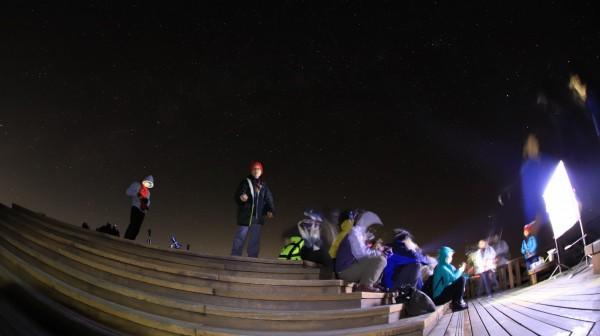 參與天文營的成員在小笠原山觀星。(嘉義林管處提供)