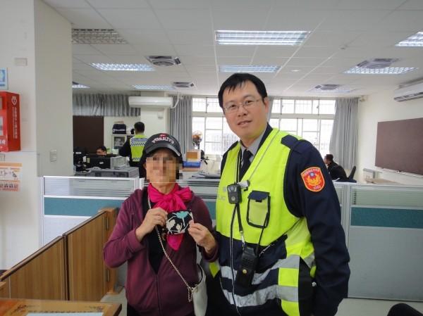 遺失錢包的阿婆,難以相信警察用「一張發票」也能找到她。(記者張瑞楨翻攝)
