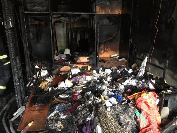 起火的房間已付之一炬。(記者鄭名翔翻攝)