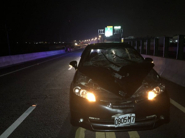 林男駕駛的小客車,因撞擊到張男,致車頭嚴重毀損。(記者歐素美翻攝)