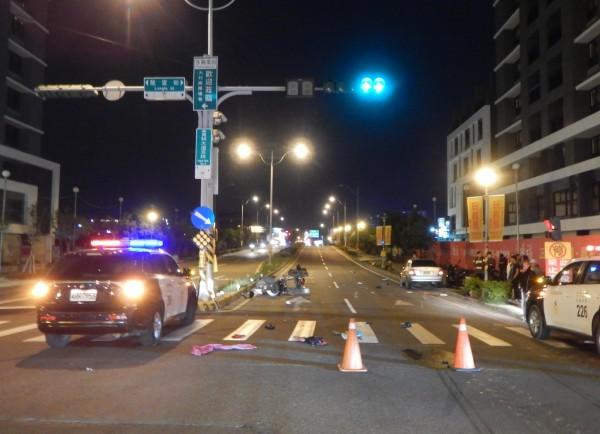 彰化縣員林大道5段10日晚間發生一起死亡車禍,現場一片狼藉。(記者陳冠備翻攝)