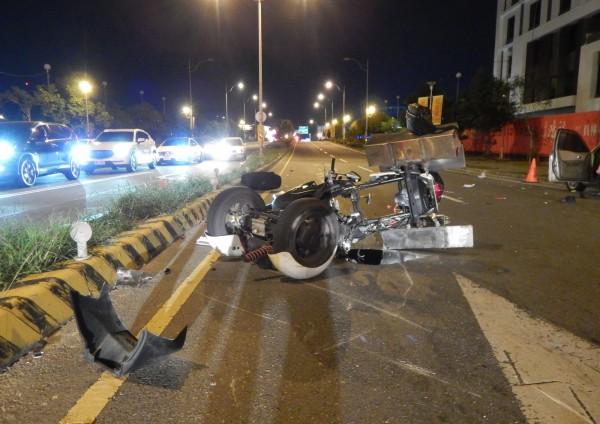 遭撞三輪機車嚴重變形,駕駛傷重不治。(記者陳冠備翻攝)