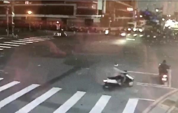 影片顯示,同一時間右下方騎士騎到待轉區待轉,左上方李姓騎士則直接左轉。(翻攝畫面)