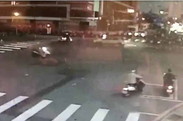 李姓騎士轉彎一半,遭直行車輛撞上。(翻攝畫面)