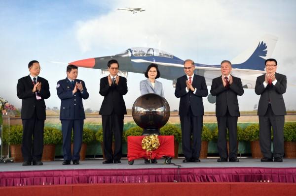 蔡英文總統去年6月主持新型高教機組裝開架典禮。(圖:取自漢翔公司網頁)