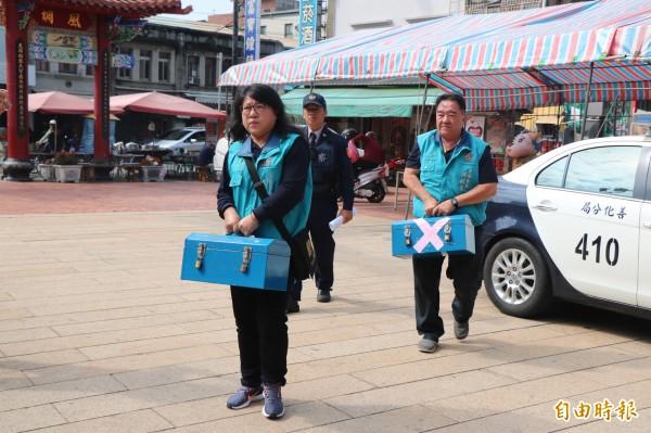 善化慶安宮今早在員警的護送下,領回過年期間收受的香油錢,並由銀行行員後清點存入。(記者萬于甄攝)