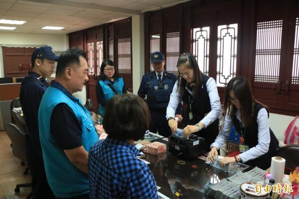 善化慶安宮每年過年委由警方代保管香油錢,今年也不例外。(記者萬于甄攝)