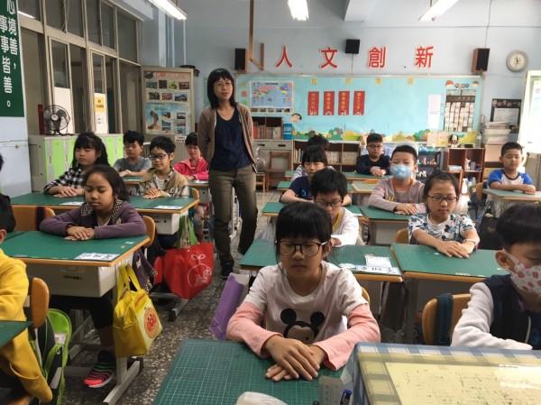 今開學日,四維國小則以靜坐、深度呼吸做收心操。(四維國小提供)