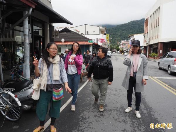 導覽員賴怡方帶著民眾在關山小鎮街道進行導覽。(記者王秀亭攝)