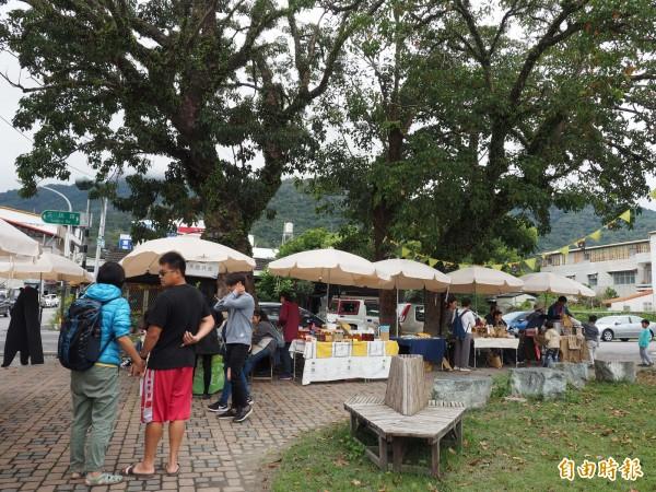 關山小鎮市集每月舉辦一次,今年嘗試加入小鎮老行業輕旅行,讓民眾更認識小鎮之美。(記者王秀亭攝)