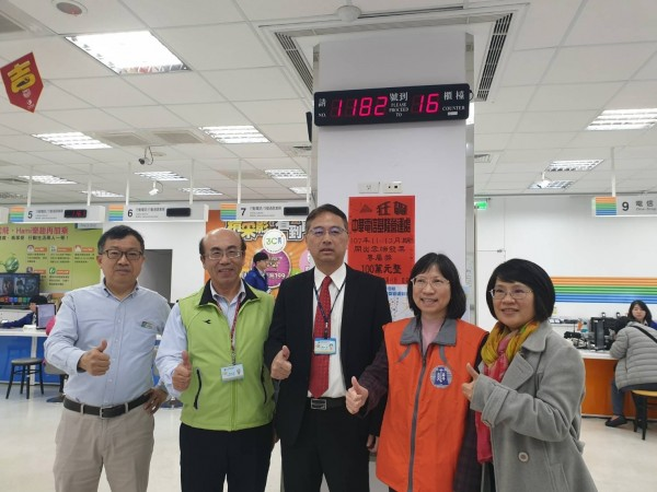 中華電信基隆營業處窗口,貼出中100萬獎金發票的好消息。(記者俞肇福翻攝)