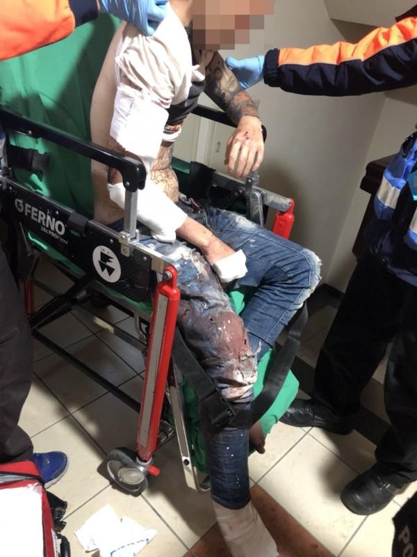 遭陶姓毒友殺傷的陳姓男子被送醫急救。(記者王俊忠翻攝)