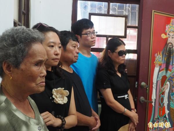 蘭嶼衛生所殉職護理師蔡邑敏母親楊秀菁(右一)及家屬表示,願意等飛安會報告出爐。(記者王秀亭攝)