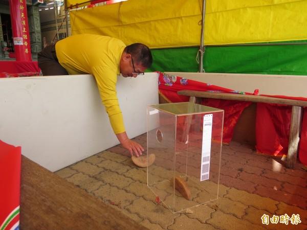 永鎮宮委員陳金山說,他自己嘗試用手擺設立杯也不可得,接連出現3次立杯,真是太神奇了。(記者蔡文居攝)