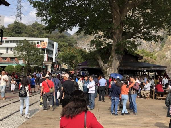 春節期間日月潭風景區湧入大量遊客,車埕遊憩區每日幾乎都有破萬人次。(記者劉濱銓翻攝)