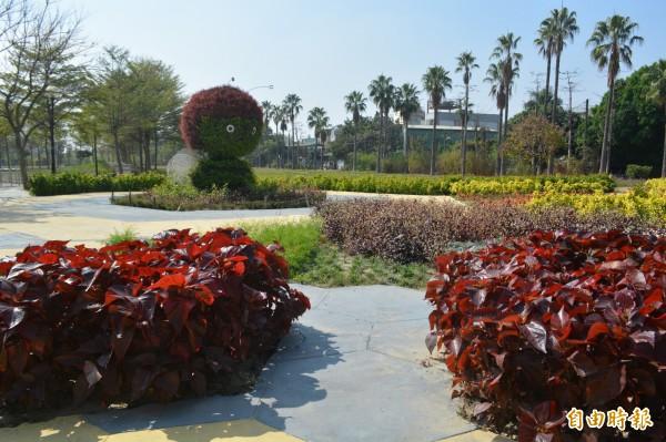 市府在太平九二一地震公園旁打造小花海,還有可愛的蜜蜂造型綠雕。(記者陳建志攝)