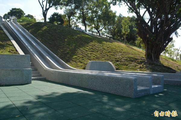 市府在太平九二一地震公園旁打造小花海,搭配公園內全台中最長的溜滑梯,吸引許多民眾來賞景、體驗。(記者陳建志攝)