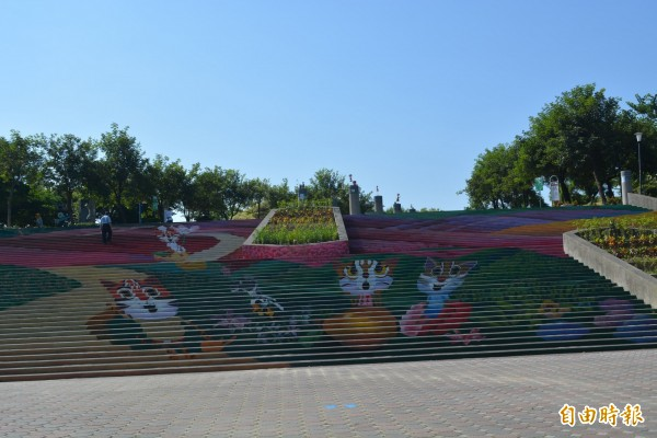 市府在太平九二一地震公園旁打造小花海,一旁的公園階梯還有漂亮的石虎家族彩繪。(記者陳建志攝)