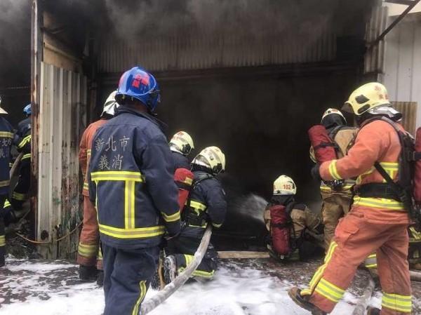 消防隊員射水灌救(記者余衡翻攝)