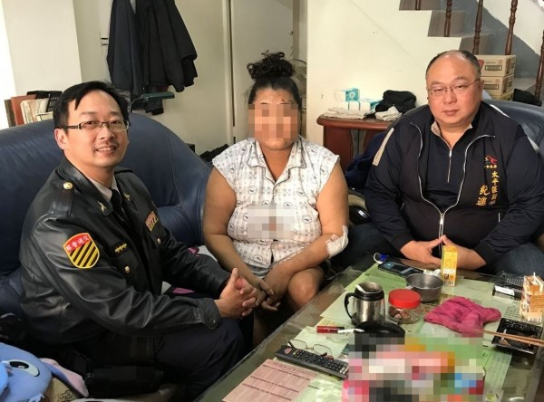 太平交通分隊警員夏尚騰(左),幫張姓婦人(中)找到撞傷的肇逃對象,得知張姓婦人家境不佳,還和紀進豐里長(右)帶著物資上門探望,讓婦人很感動。(記者陳建志翻攝)