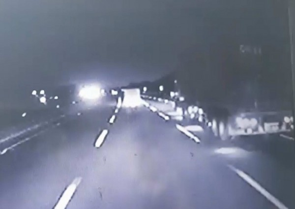 目擊者提供行車紀錄器驚悚影片,當時外側車道還有1輛大型貨車。(記者湯世名翻攝)