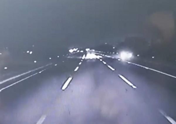 目擊者提供行車紀錄器驚悚影片曝光,當時韓男轎車停路肩並打開雙黃燈。(記者湯世名翻攝)
