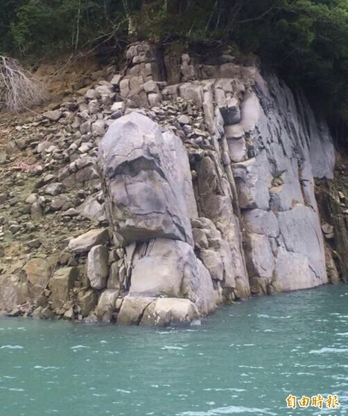 石門水庫旱象奇景「酋長石」,一旦大壩水位降至229公尺就會完整重現。(資料照,記者李容萍攝)