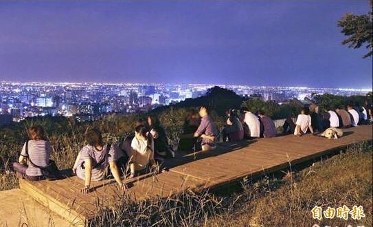 從虎頭山環保公園俯瞰夜景,萬家燈火盡收眼底,被網友喻為「星星公園」。(資料照,記者李容萍攝)