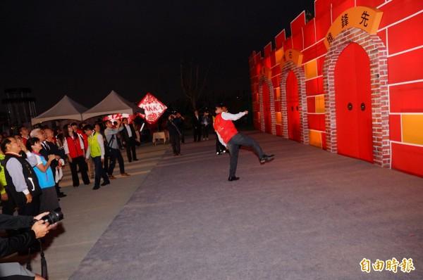 台灣燈會客家「六堆靚靚燈區」今天搶先揭幕,縣長潘孟安示範開「炮」。(記者陳彥廷攝)