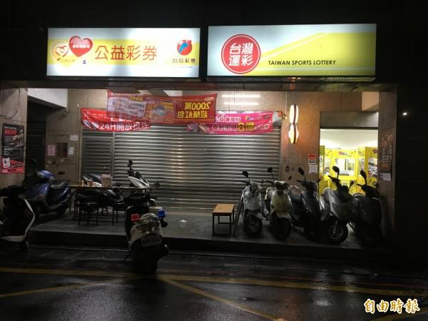 蕭男逃到彩券行,裡面的人員幫忙拉下鐵門救人。(記者吳昇儒攝)