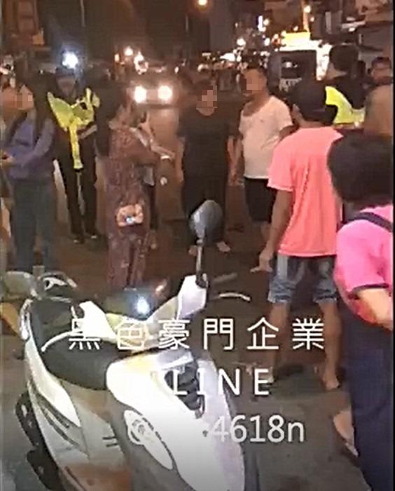 白衣中國男子亂丟垃圾,被民宿業者制止發生衝突。(記者蔡宗憲翻攝)