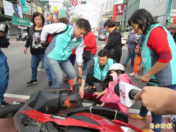 余天準備接受媒體訪問時,路旁卻突然發生車禍,余天連忙跑去關心坐在地上直喊痛的婦人,並請助理打119、拍照,陪她等救護車來才離去。(記者陳心瑜攝)