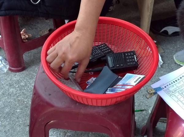 警方當場查扣無線電、賭金等證物。(記者蘇福男翻攝)