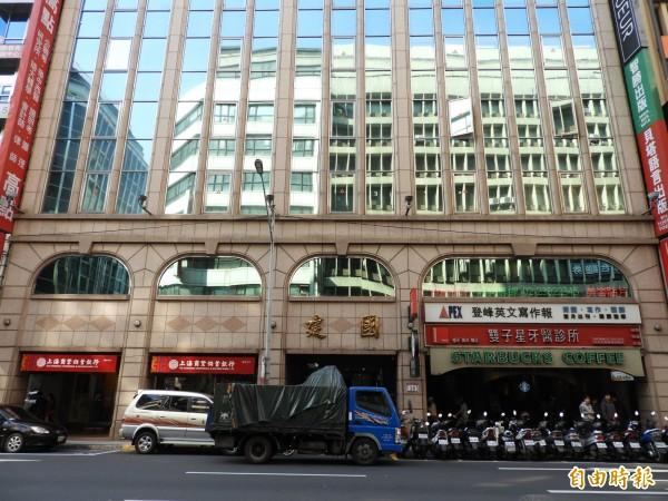 台北市館前路上有許多國民黨消失的黨產,行政院黨產會查出建國大樓過去也曾經是國民黨透過「轉帳撥用」無償取得,之後再出售的不當黨產。(記者陳鈺馥攝)