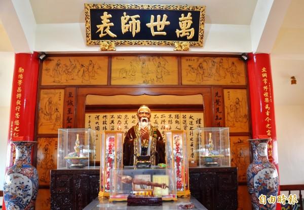 關廟山西宮首度為供奉的孔子雕像上色。(記者吳俊鋒攝)