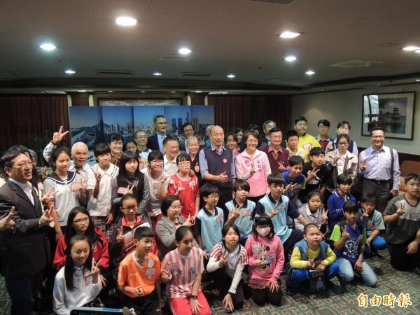 靈鷲山與普仁獎獲獎孩童拜訪高雄市長韓國瑜。(記者王榮祥攝)