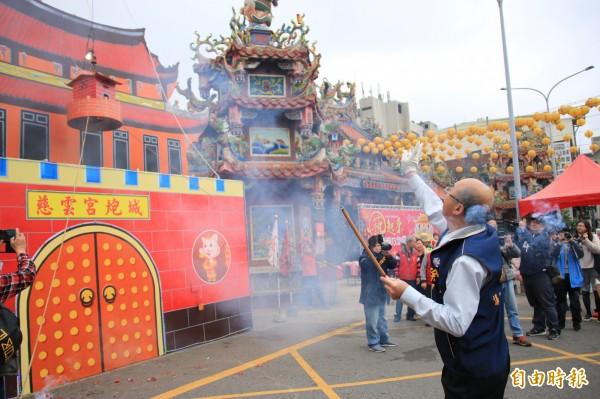 後龍元宵傳統習俗「攻炮城」將於18、19日於慈雲宮前廣場開炸。(記者鄭名翔攝)
