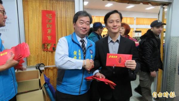 國民黨基隆市黨部主委黃希賢(左)與基隆市議員藍敏煌(右)2人均有意參選立委,2人仍維持君子風度握手互相加油。(記者俞肇福攝)