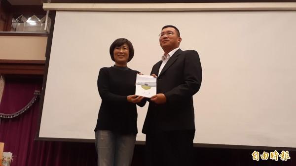 台東縣長饒慶鈴(左)贈書「我在台東一日三餐」給全縣國中小校長,由教育處長林政宏代表接受。(記者黃明堂攝)