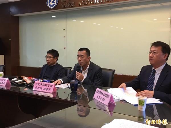 台北市旅行公會理事長吳志健今天召開記者會強烈譴責機師選在春節罷工,罔顧公眾利益。(記者蕭玗欣攝)