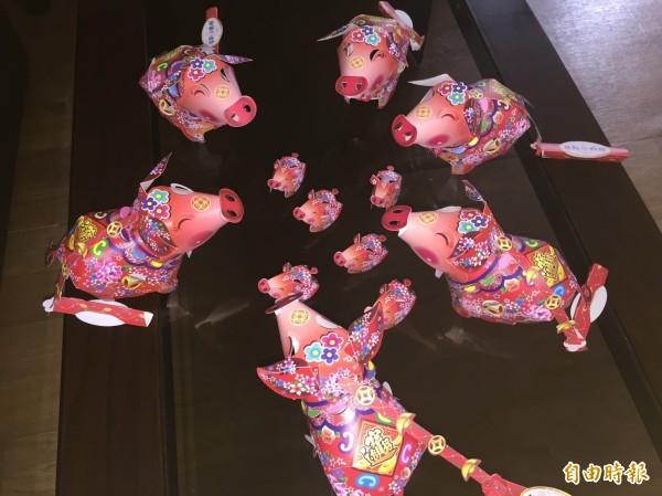 基隆市政府今年發送花布招財豬小提燈。(記者盧賢秀攝)